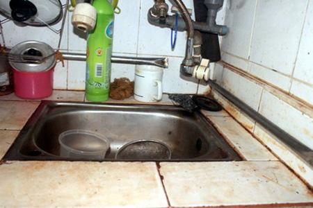 Nguồn nước sạch bị ô nhiễm khiến đồ dùng trong nhà luôn cáu bẩn